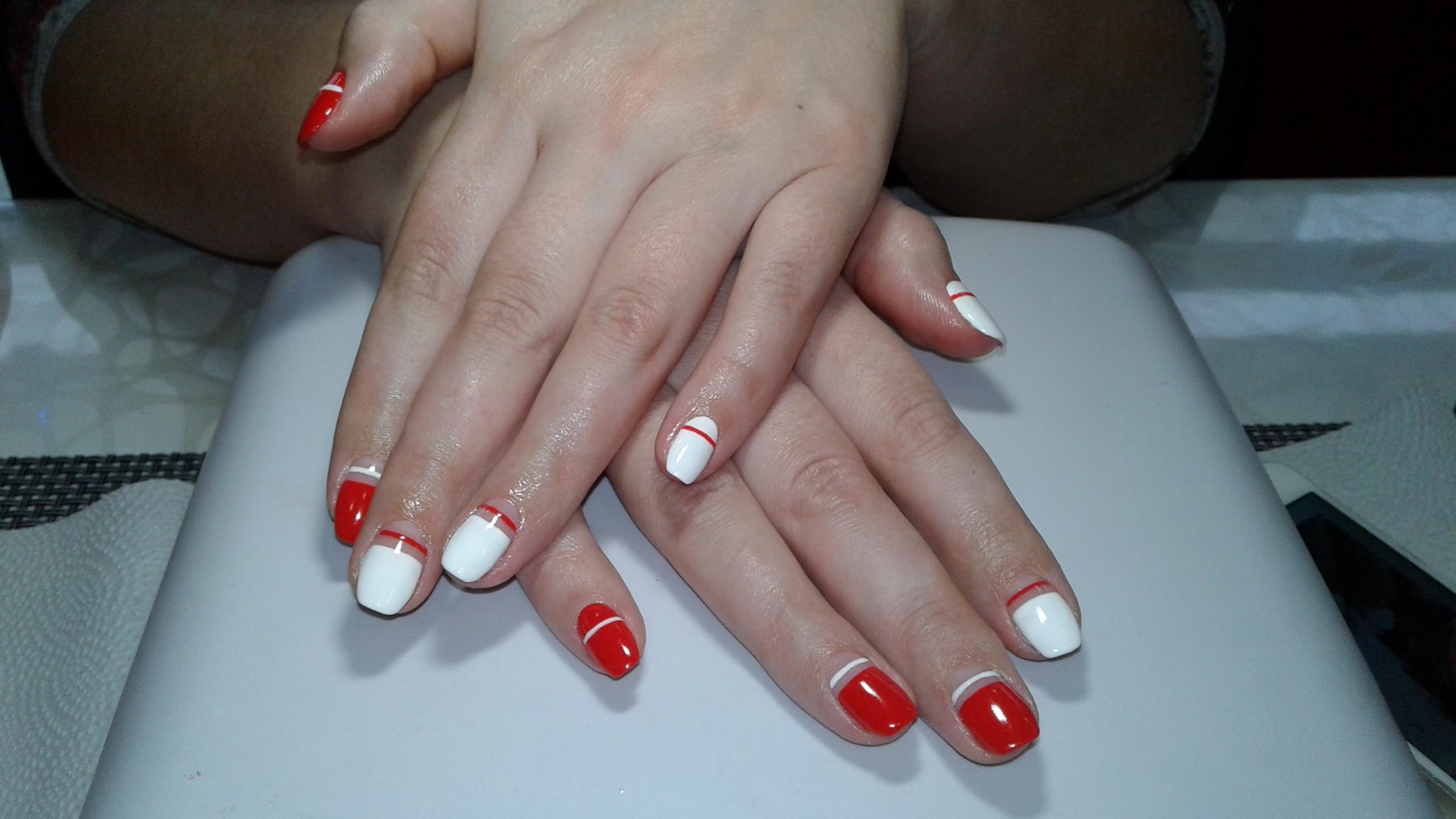 Красно-белый маникюр с лунным френчем