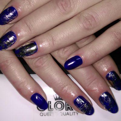 Слоистый синий маникюр с серебром