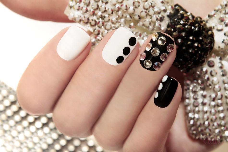 Яркость блеск и красота – это стразы на ногтях