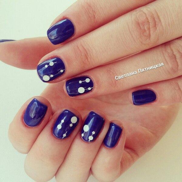 Синий маникюр с белыми горошками
