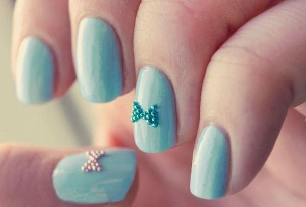 Маникюр на ногтях с бусинками
