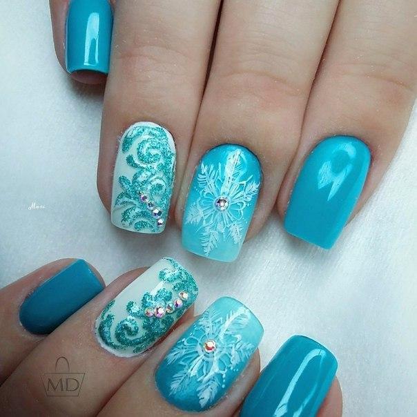 Насыщенный голубой шеллак с блестками и снежинкой