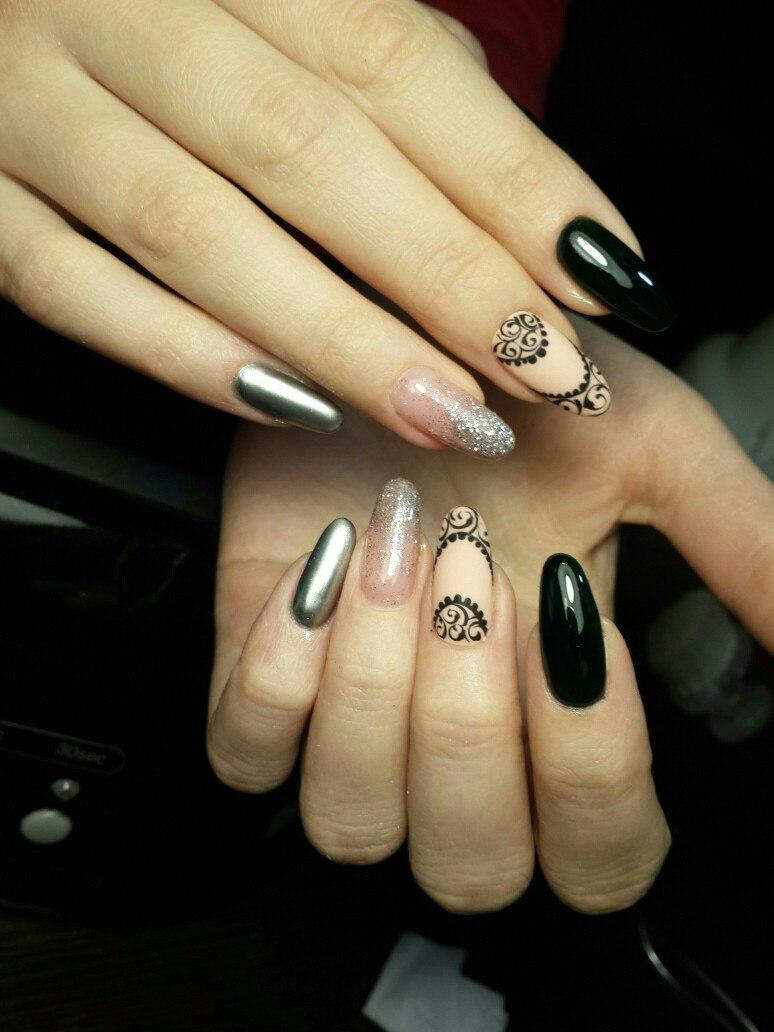 Зеркальная втирка, роспись и блестки на длинных ногтях