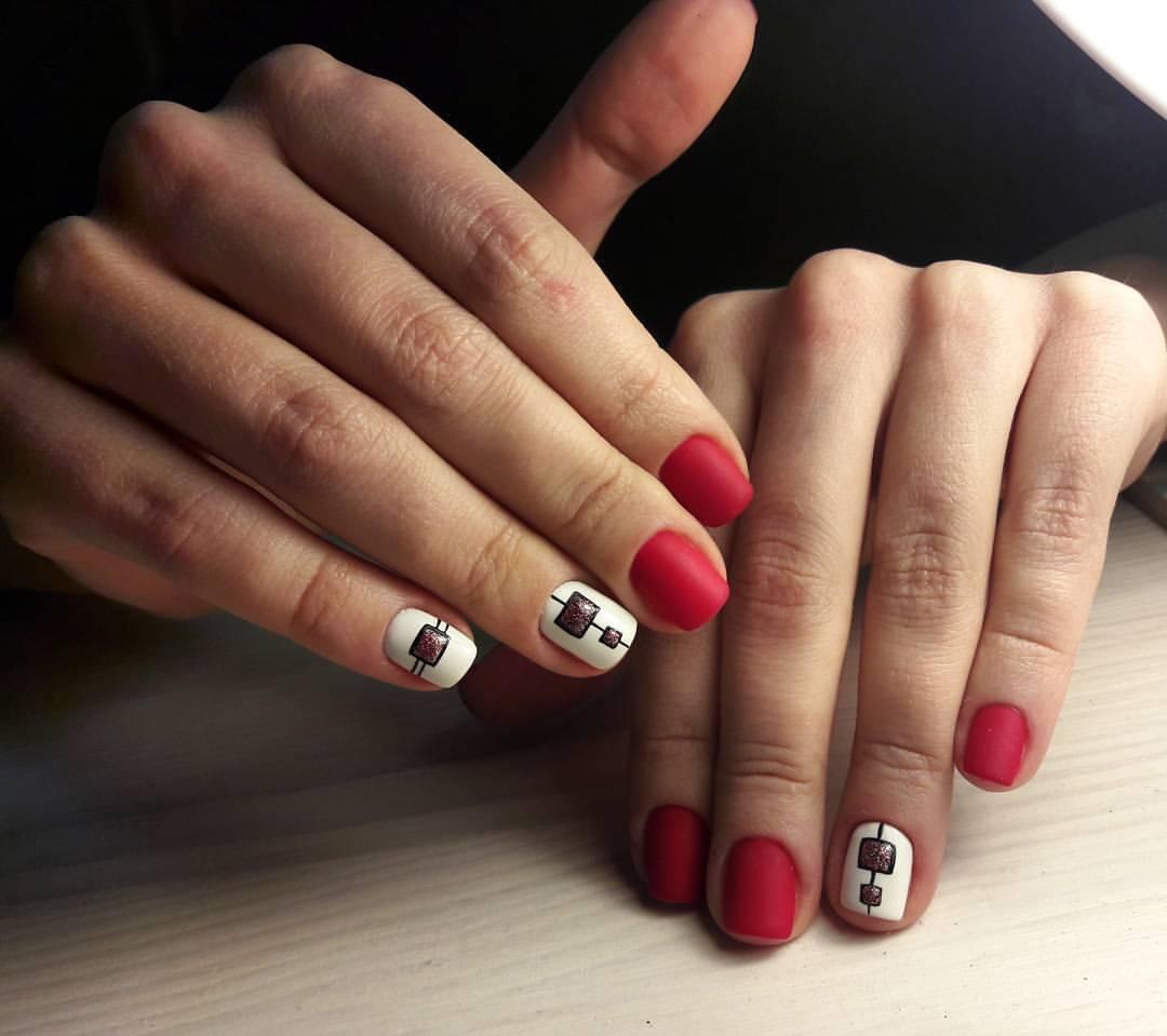 Стоит также отметить, что многие селебрити также успели оценить достоинства маникюра на короткие ногти, демонстрируя короткий дизайн ногтей не только в обычной жизни, но также и на светских выходах в безупречных образах.