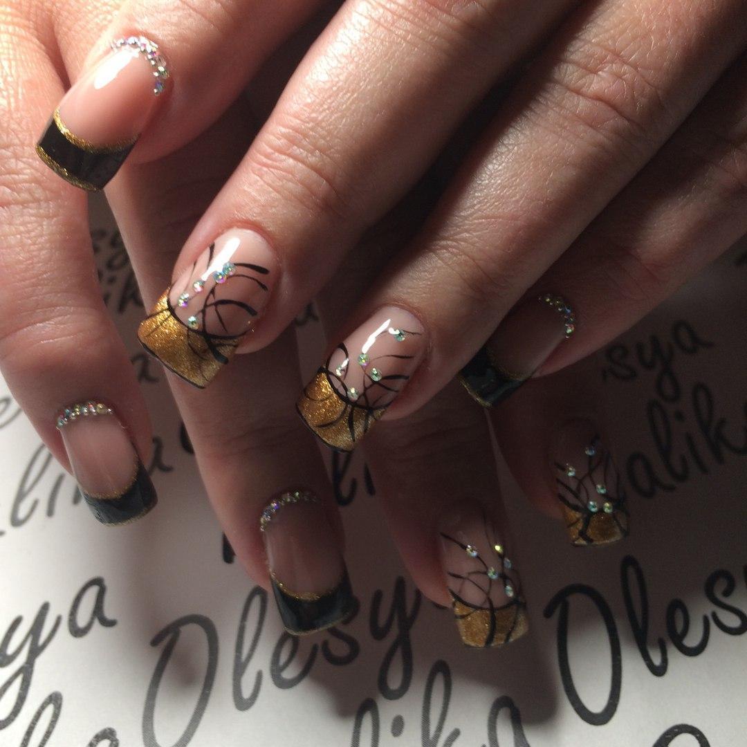 Золотистый френч на длинных наращенных ногтях