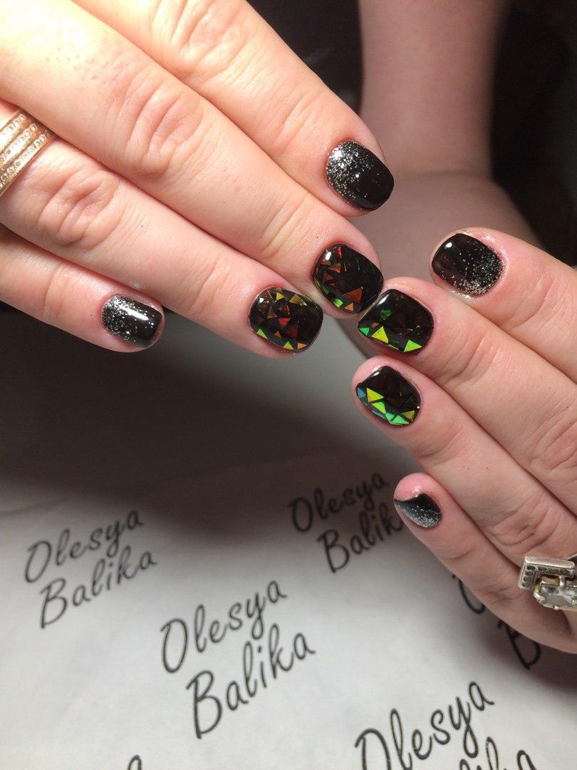 Чёрный гель-лак с битым стеклом и блестками