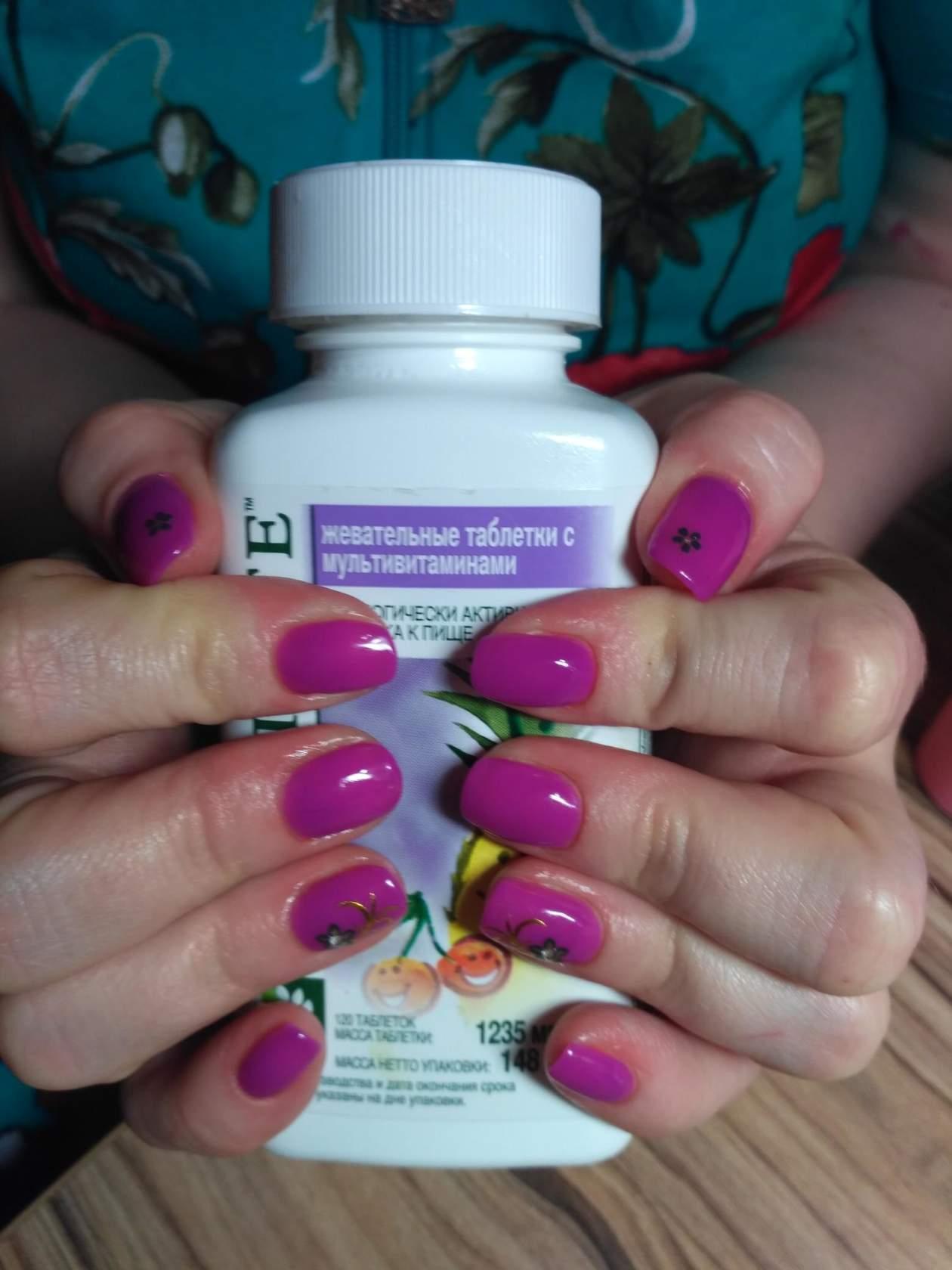 Светлый фиолетовый маникюр с мелкими цветами