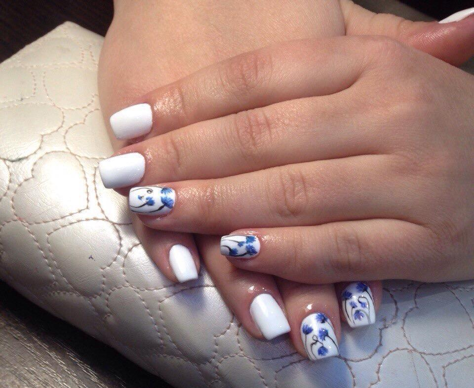 Белый маникюр с голубыми цветами