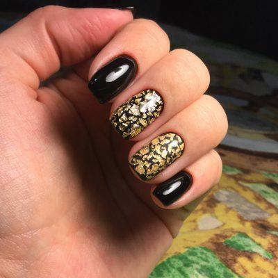 Золотой кракелюр в черном маникюре