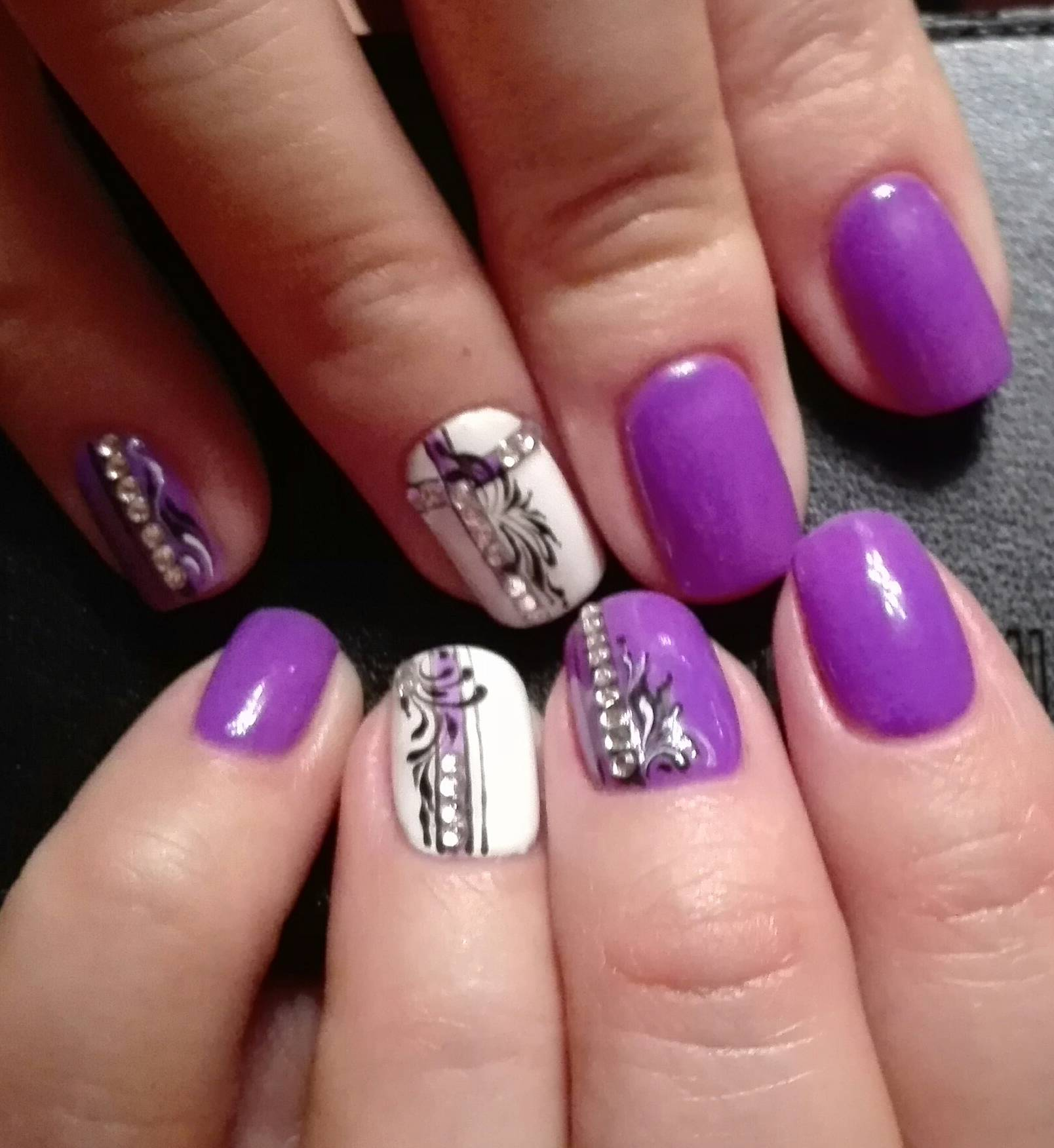 Фиолетовый маникюр со стразами и росписью