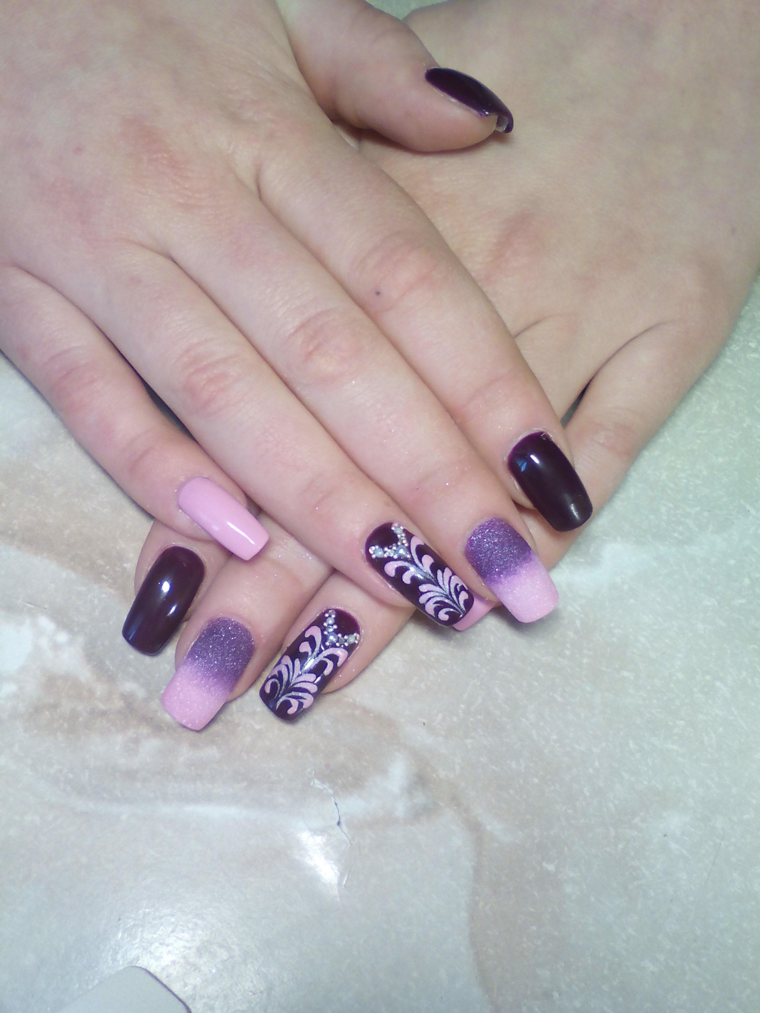 Фиолетовый маникюр с омбре и узорами