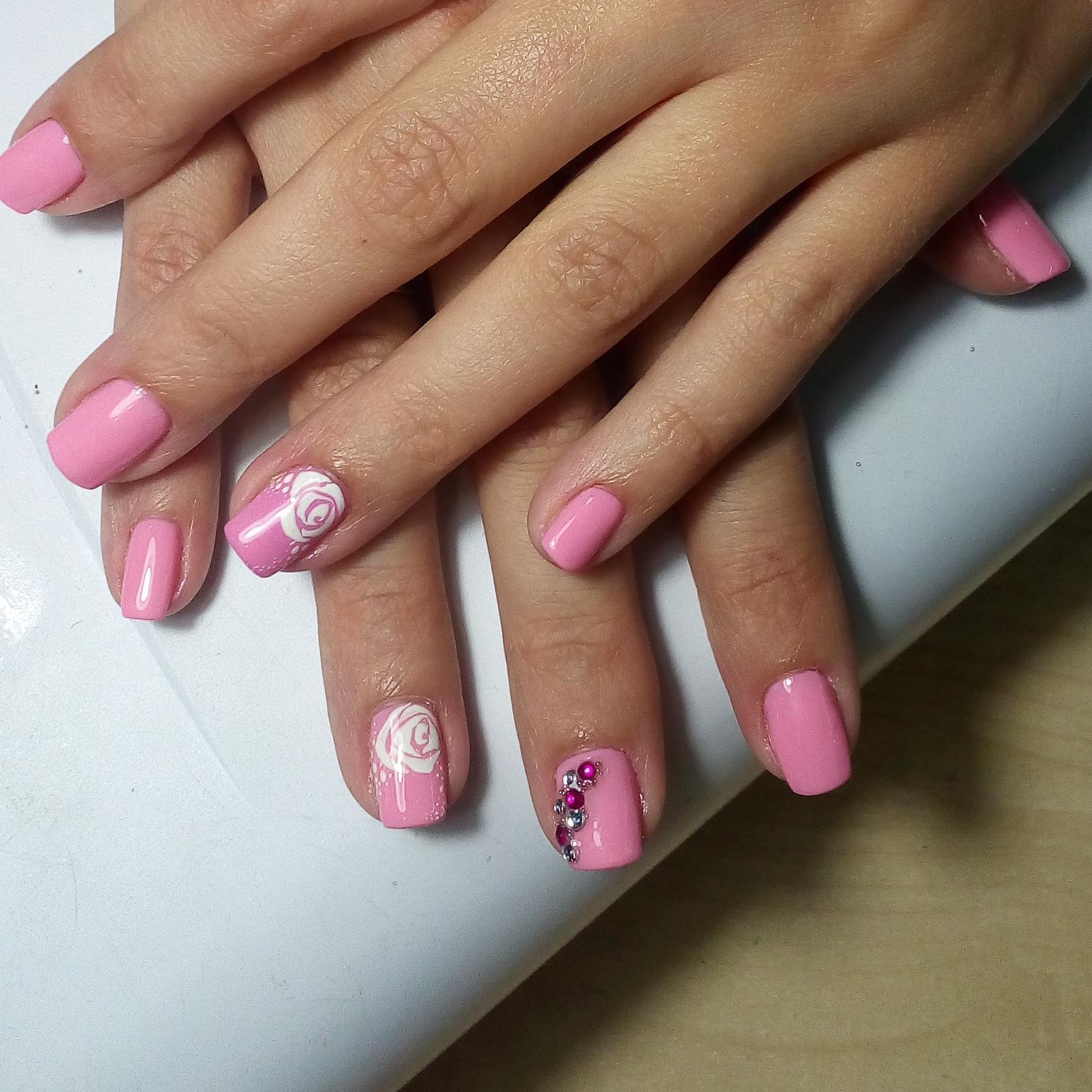 Розовый маникюр со стразами и стемпингом