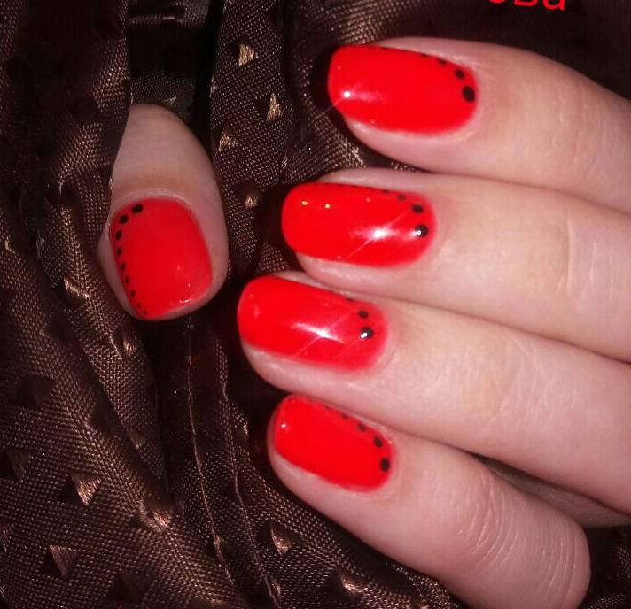 Красный маникюр с черными точками