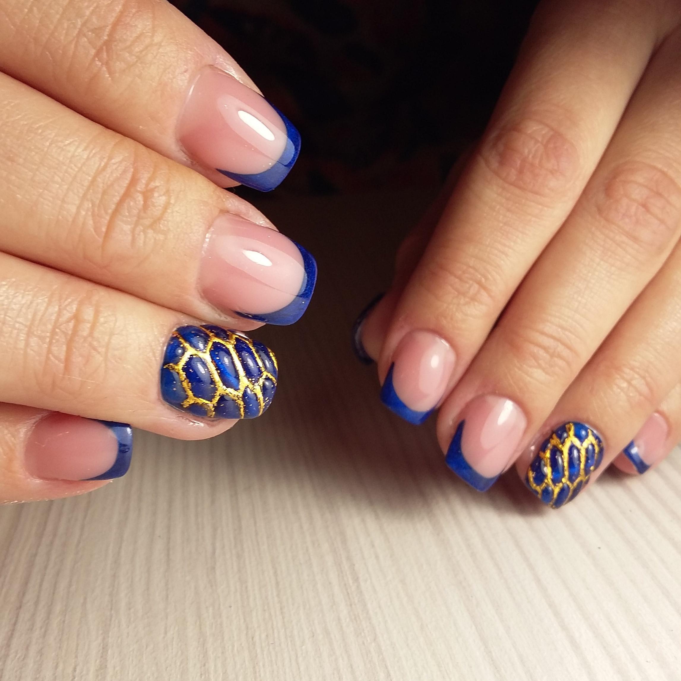 Синий «змеиный» маникюр с френчем
