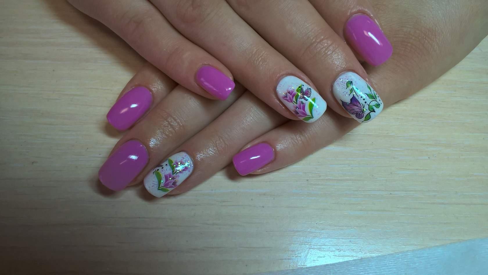Весенний фиолетовый маникюр с цветами