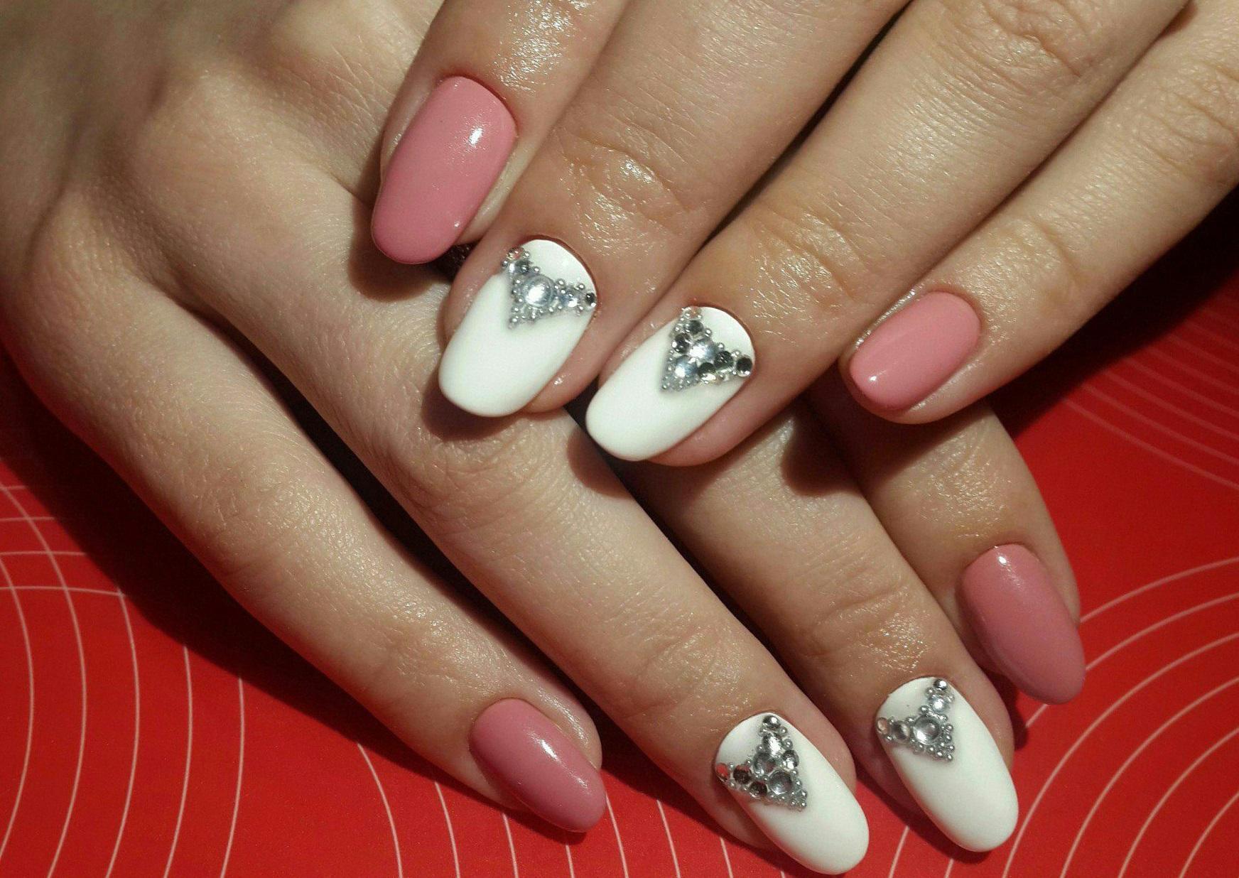Удивительно простой дизайн ногтей со стразами фото