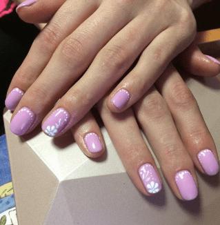 Летний фиолетовый маникюр с простыми узорами
