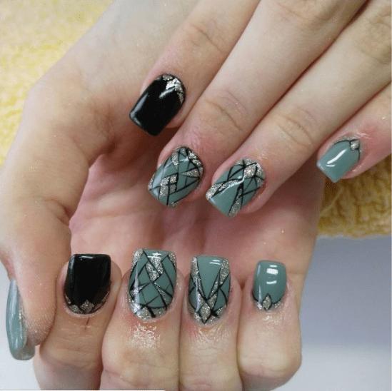 Серый мозаичный маникюр с блестками