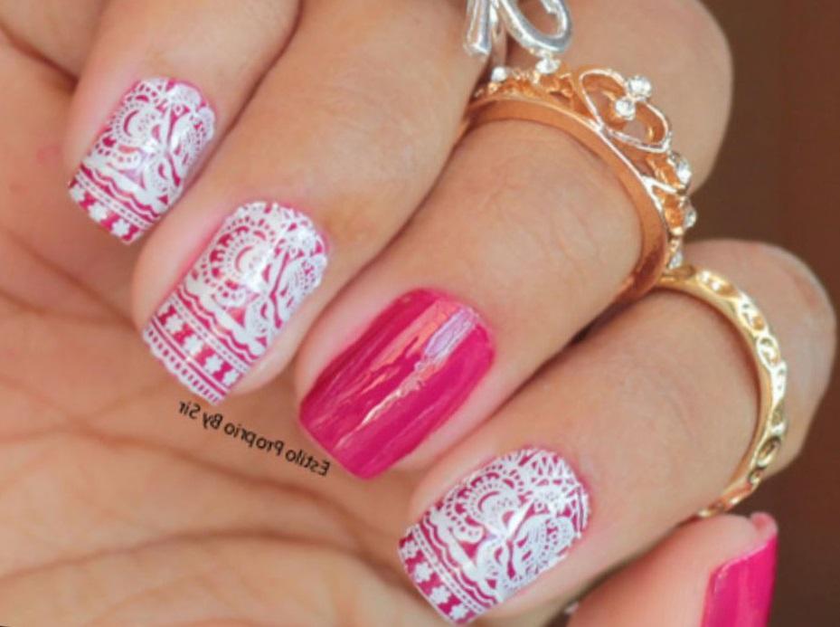 Розовый маникюр с белым стемпингом
