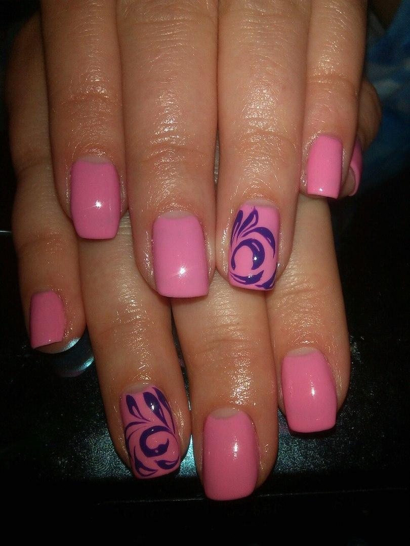Яркий синий на розовых ногтях