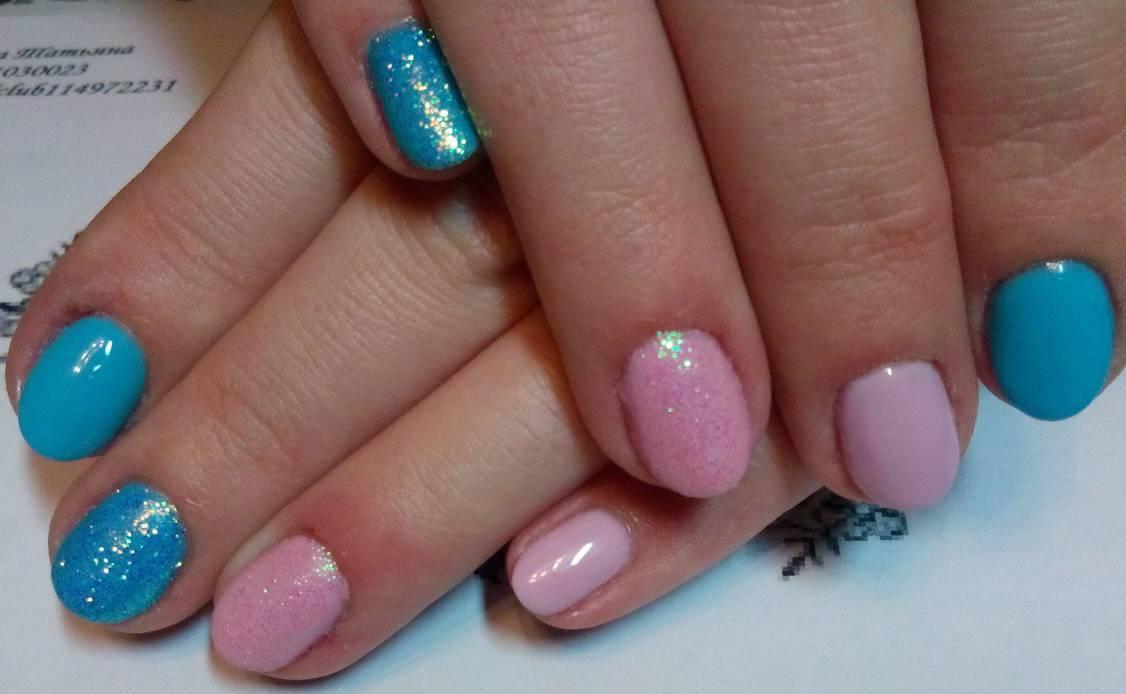 Яркий голубой и яркий розовый в маникюре для лета