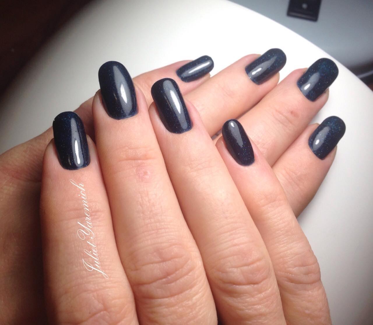 Темный синий маникюр на длинные ногти