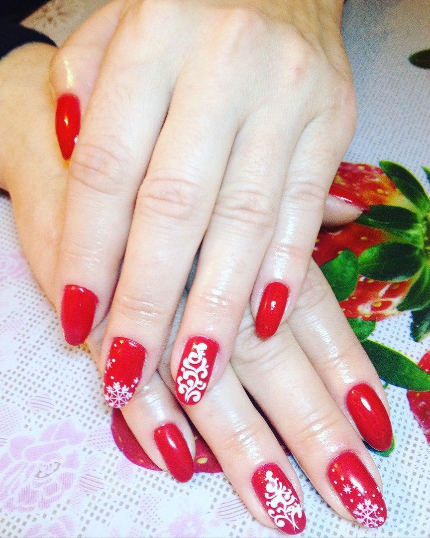 Яркий красный маникюр с белыми снежинками