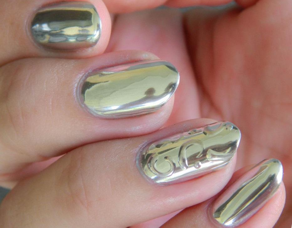 Сложно ли делается зеркальная втирка для ногтей?