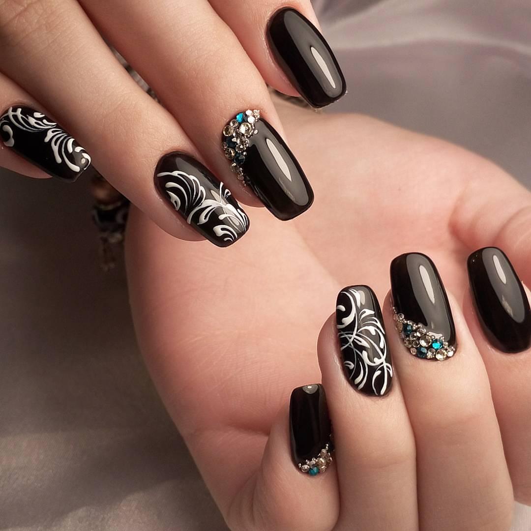 Роскошный черный маникюр с белоснежной росписью