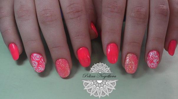 Весенние цветы на алых блестящих ногтях