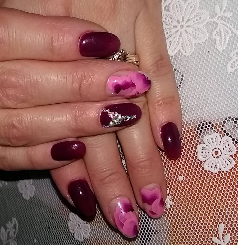 Роскошные розовые цветы в бордовом маникюре