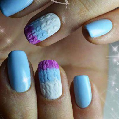 Зимний ярко-голубой маникюр с вязаными узорами