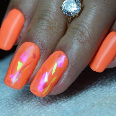 Солнечный оранжевый маникюр с битым стеклом