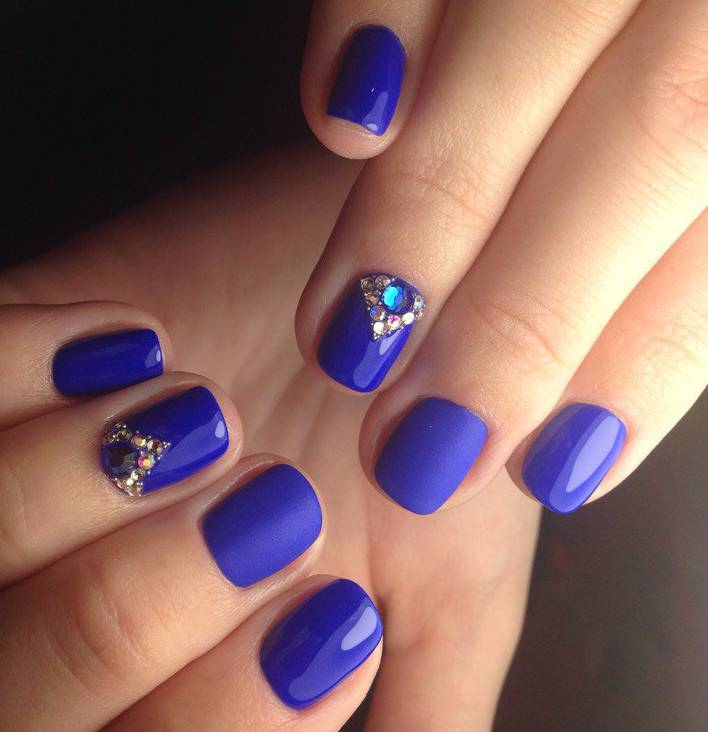 Королевские синие ноготки со стразами