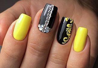 Черно-желтый маникюр с узорами и стразами