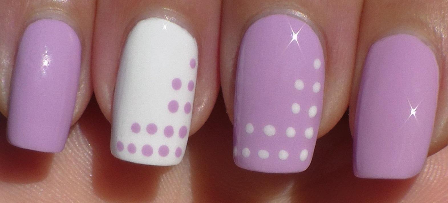 Контрастные точки в простом фиолетовом маникюре