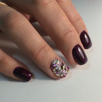 Ногти с блестками и стразами в шоколадном цвете