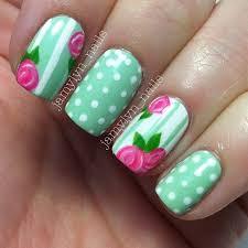 Весенние цветы в светло-зеленом маникюре