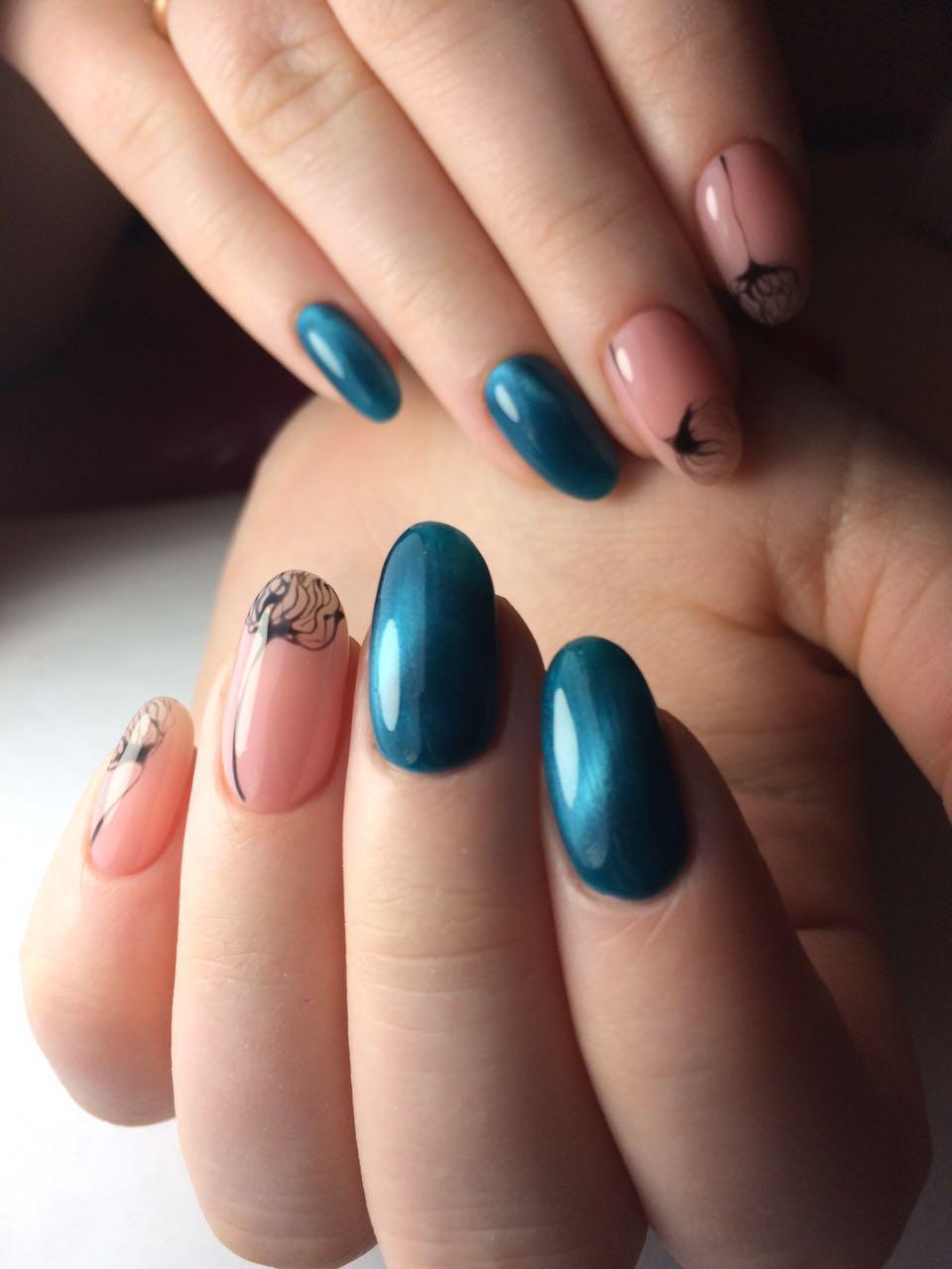 Голубой магнитный маникюр и роспись