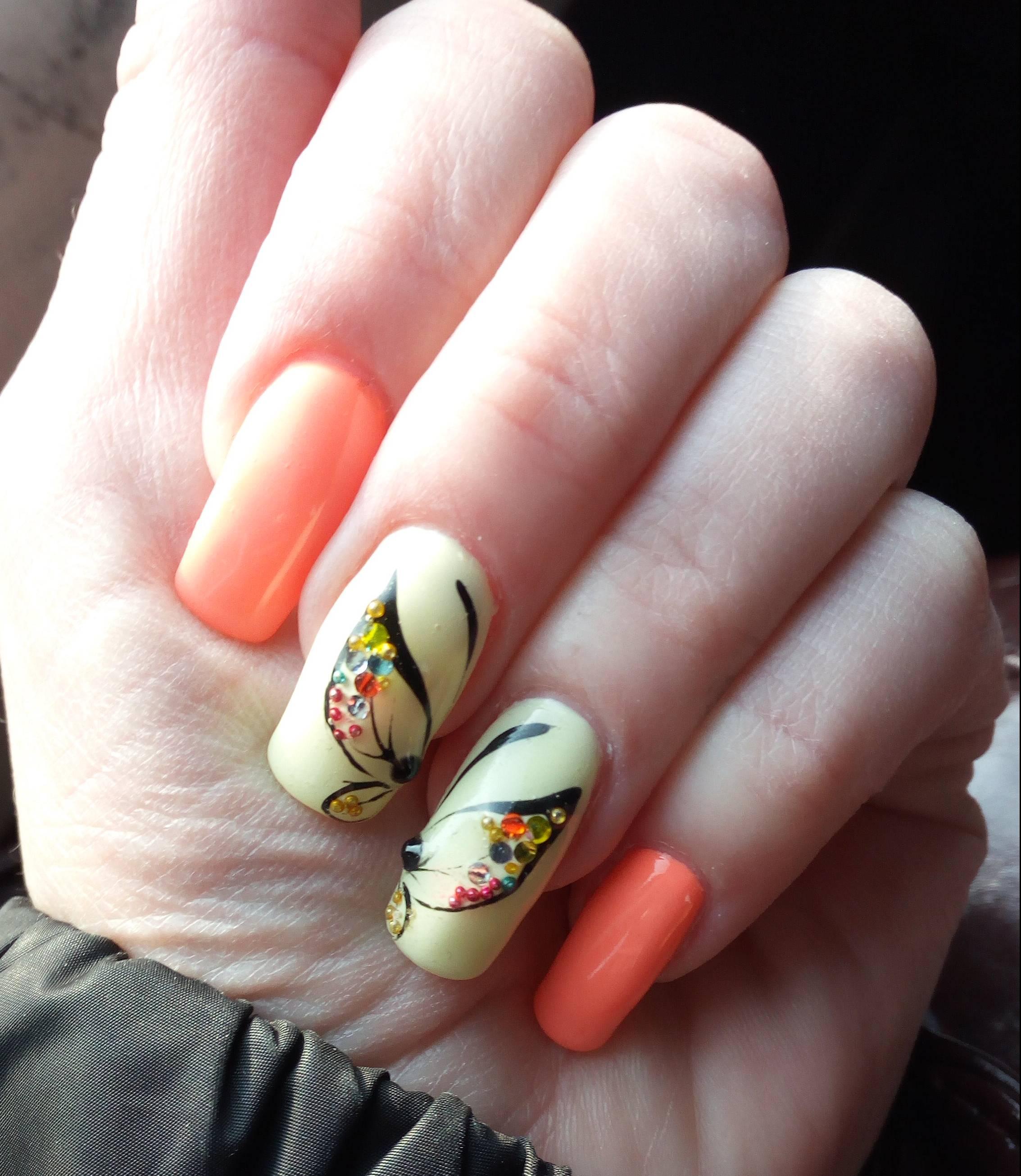 Весенние бабочки на длинных ногтях