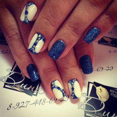 Синие космические ногти с белыми колорблоками