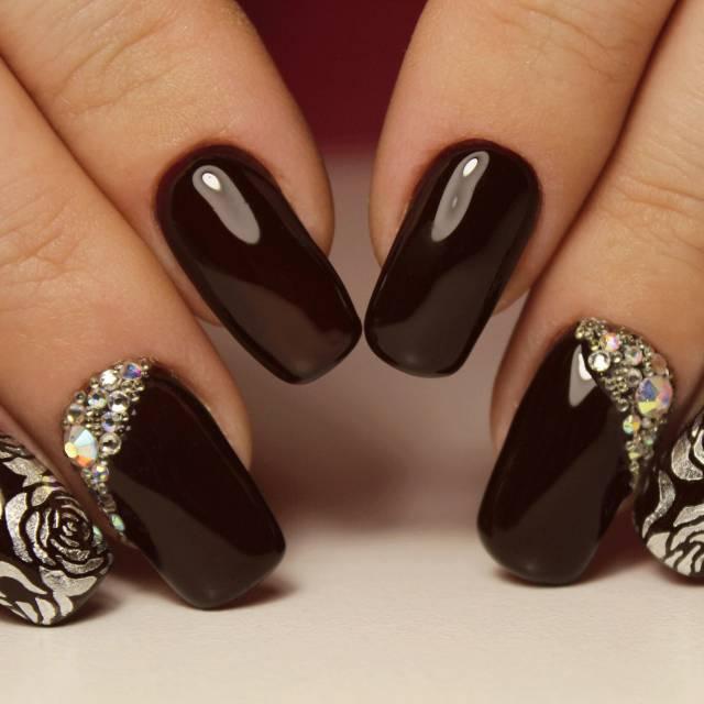 Коричневые ногти дизайн со стразами