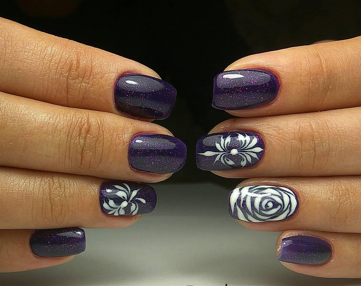 Темно-синий маникюр с белыми цветами