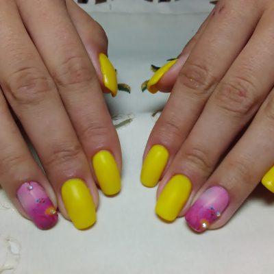 Интересный маникюр в желтом цвете