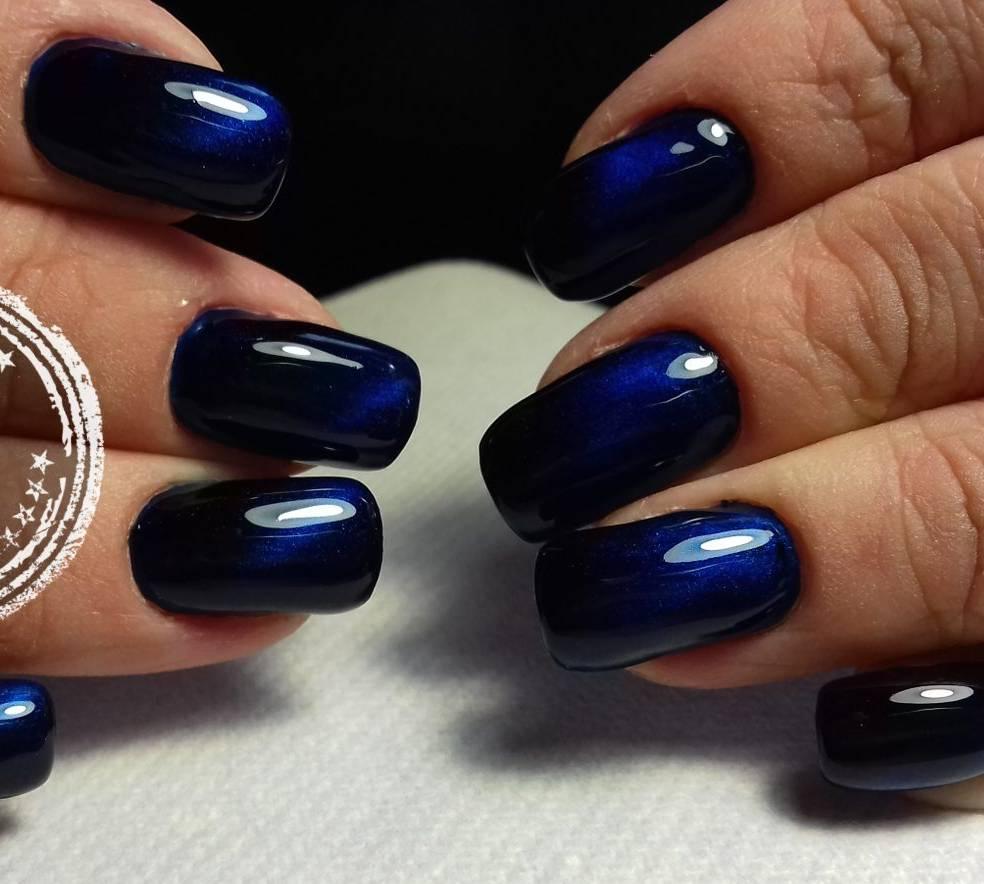 Магнитный маникюр с темно-синем цвете