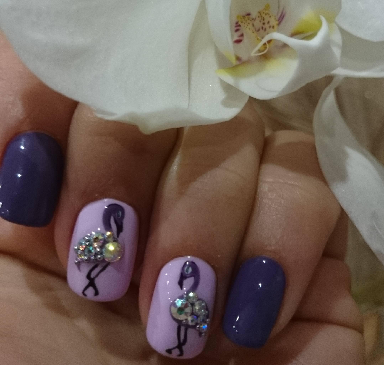 Фламинго из страз на фиолетовом фоне
