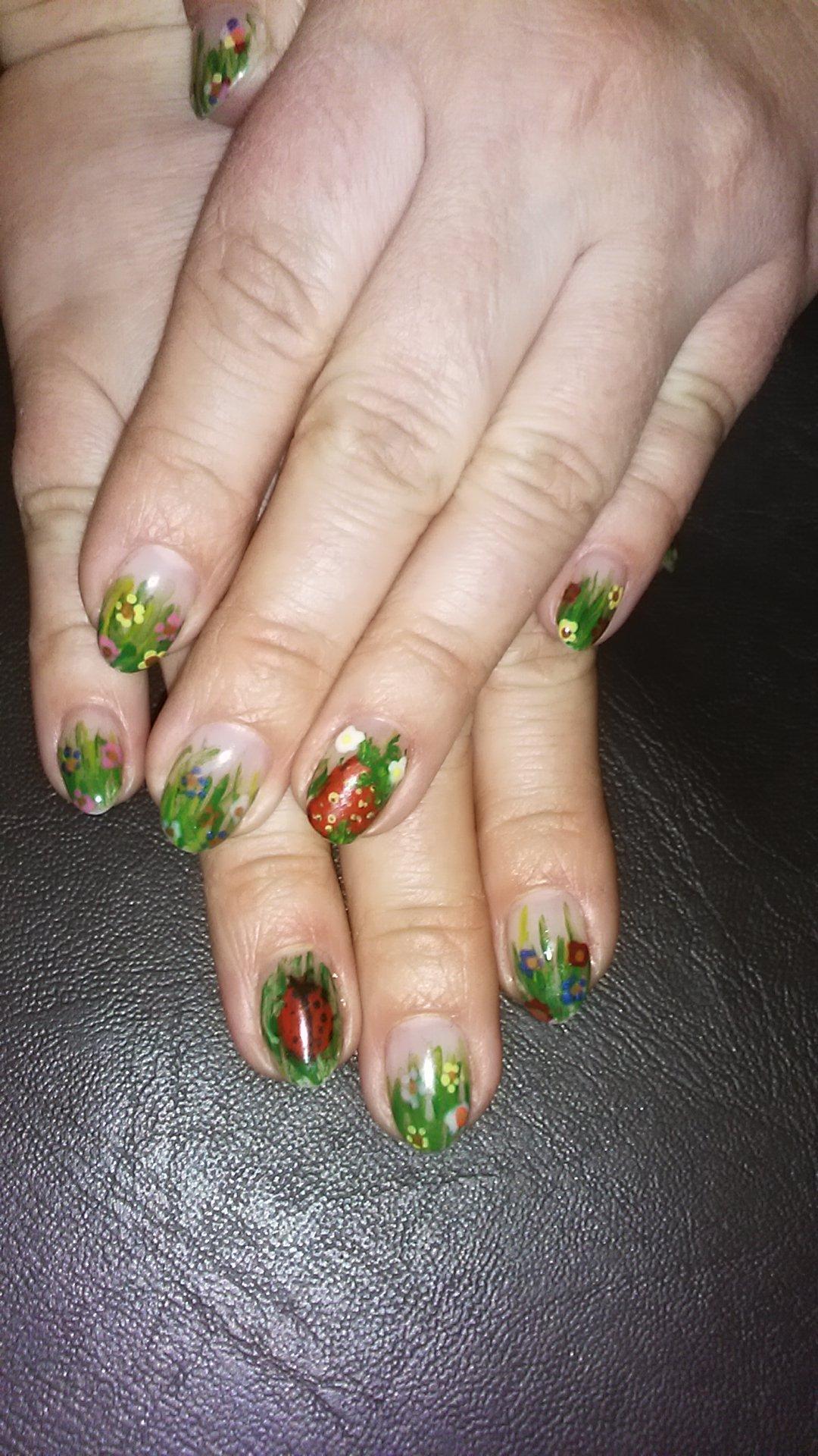 Лужайка зелёной росписью на средних ногтях