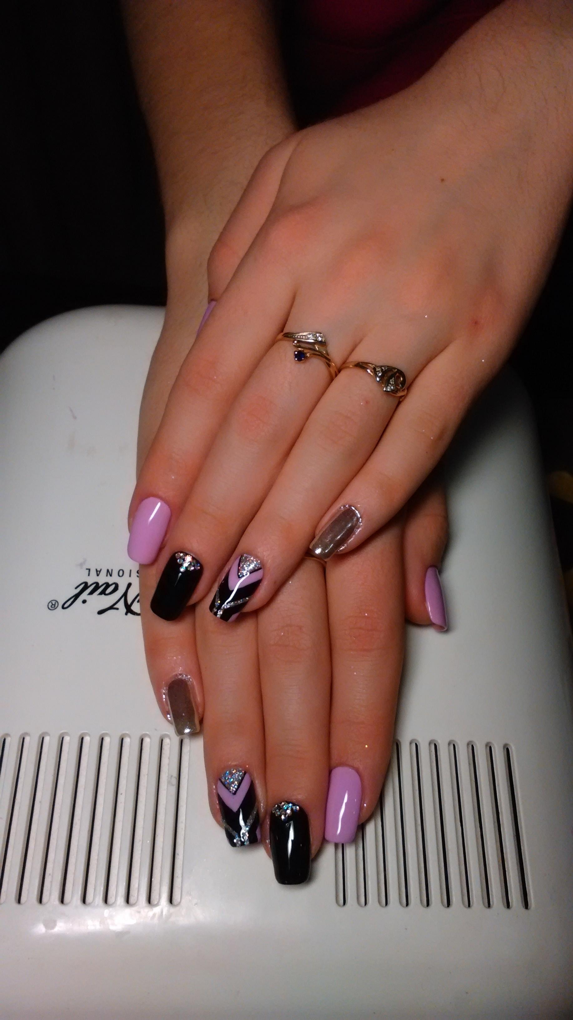 Оригинальный разноцветный узор на длинные ногти