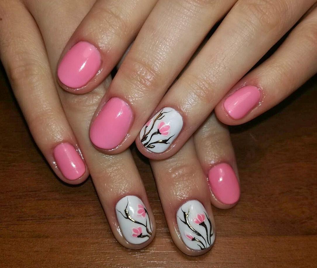 Простой розовый маникюр с цветами