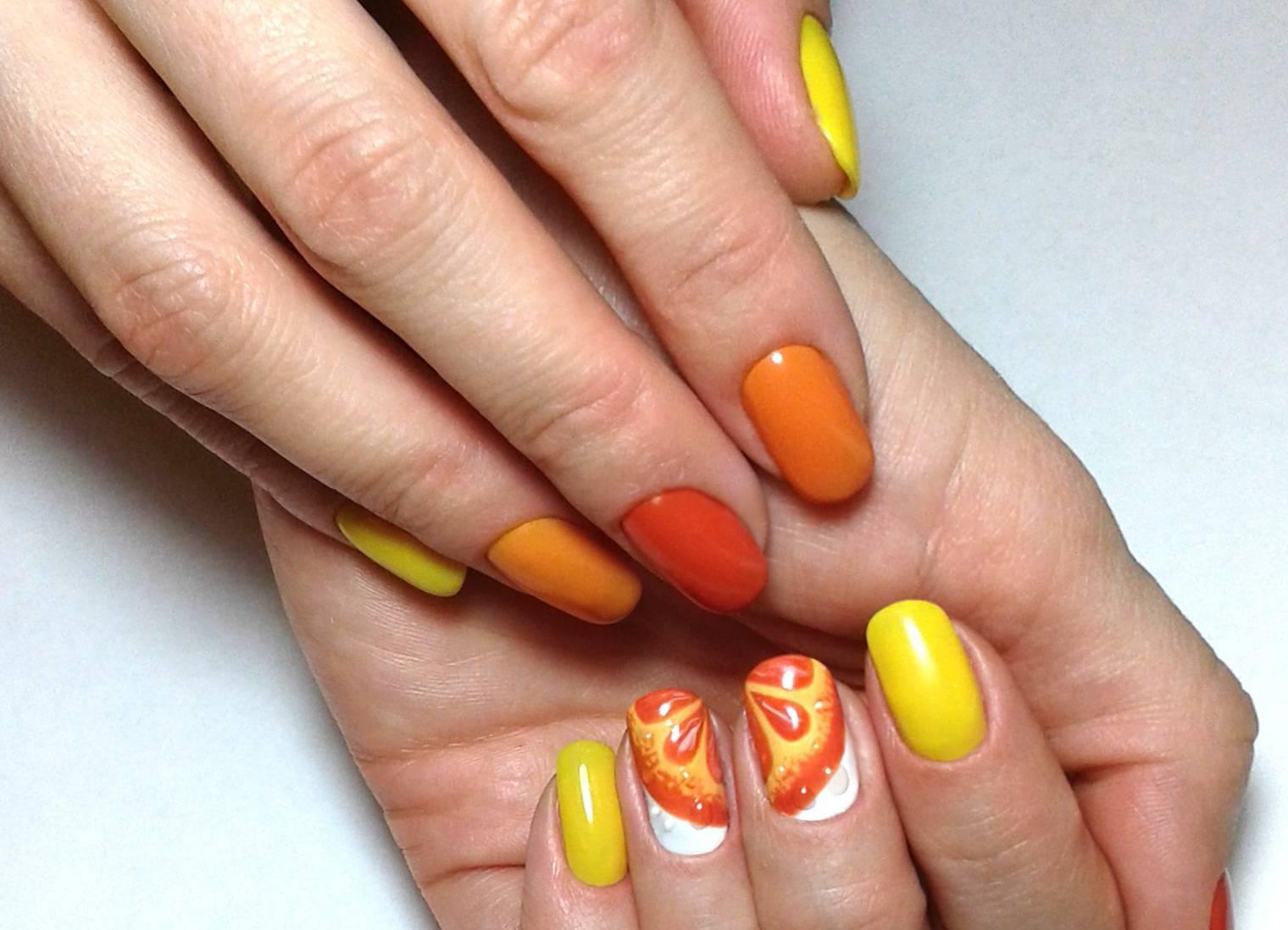 Апельсиновый маникюр с градиентом